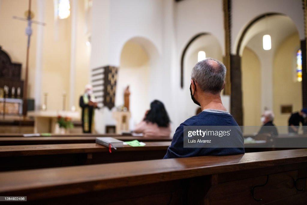 Senior man attending congregation at church : 圖庫照片