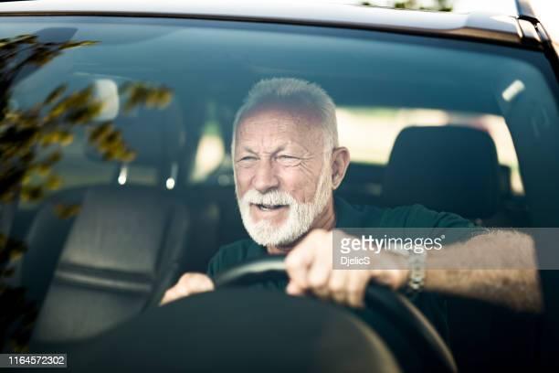 hombre mayor evitando un accidente automovilístico. - evitar fotografías e imágenes de stock