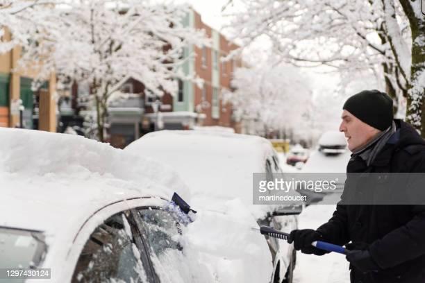 """街路で車から雪をブラッシングシニアマン。 - """"martine doucet"""" or martinedoucet ストックフォトと画像"""