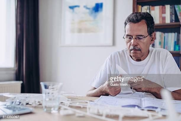 senior man building modell. - nordeuropäischer abstammung stock-fotos und bilder