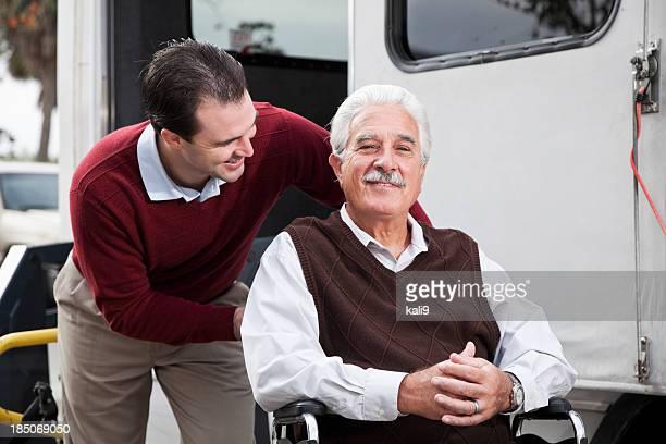 Alter Mann mit dem minibus mit rollstuhlgerechtem lift