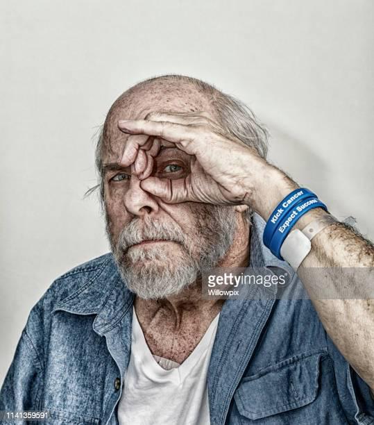 シニア男性がん化学療法患者望遠鏡 Peek-ブーイング