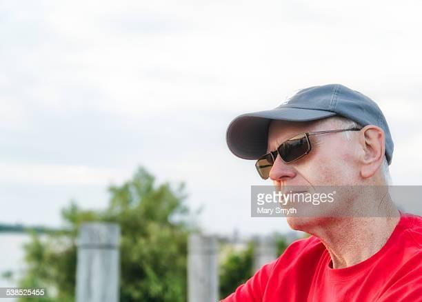 senior man casual - lunettes de soleil teintées photos et images de collection