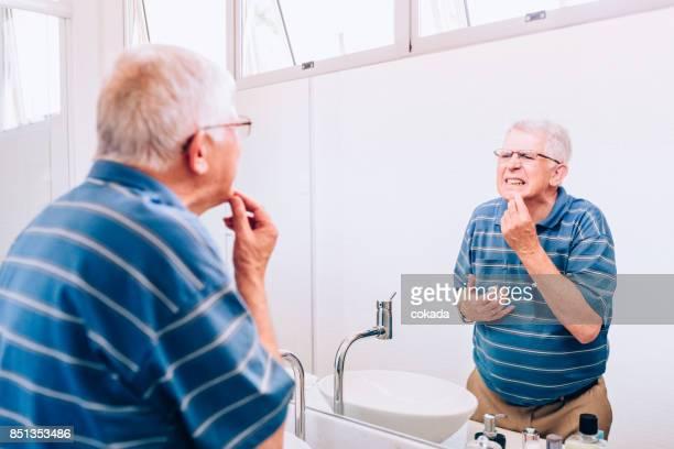Senior woman Überprüfung seiner Zähne