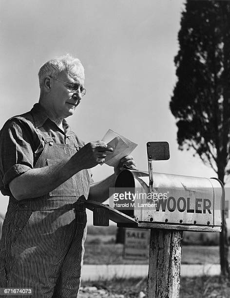 senior man checking mailbox - escrita ocidental - fotografias e filmes do acervo