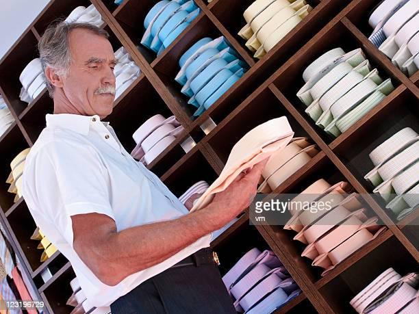Alter Mann, die Wahl ein Hemd