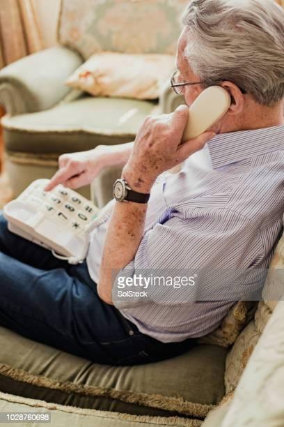 Senior woman Wählen einer Nummer auf dem Telefon
