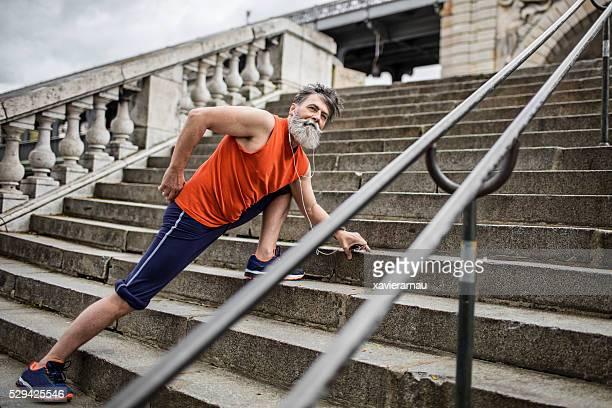Senior homme faire des exercices de routine dans la rue