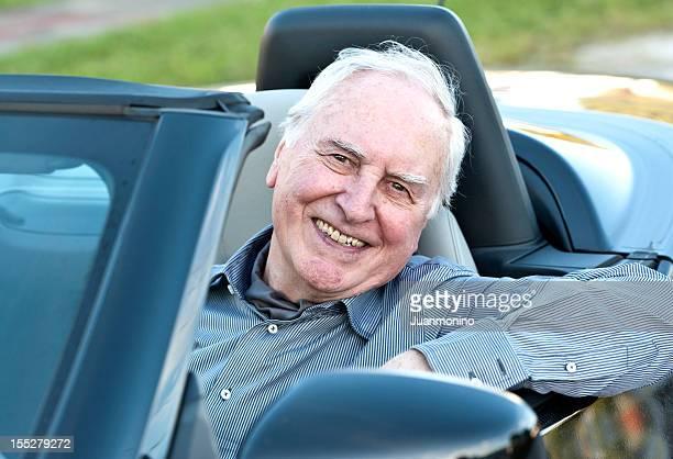 Senior Mann mit dem Auto