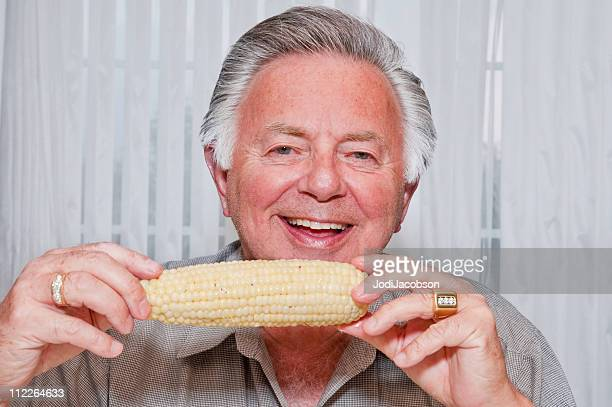senior homme manger Épi de maïs