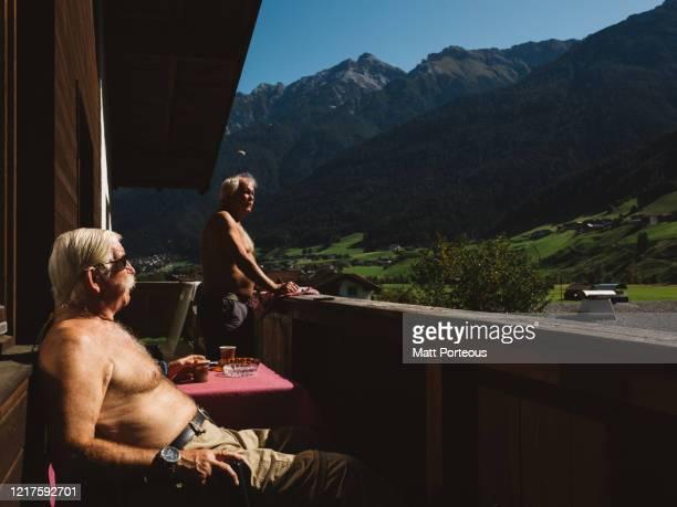 senior man enjoying a coffee - freizeitaktivität im freien stock-fotos und bilder