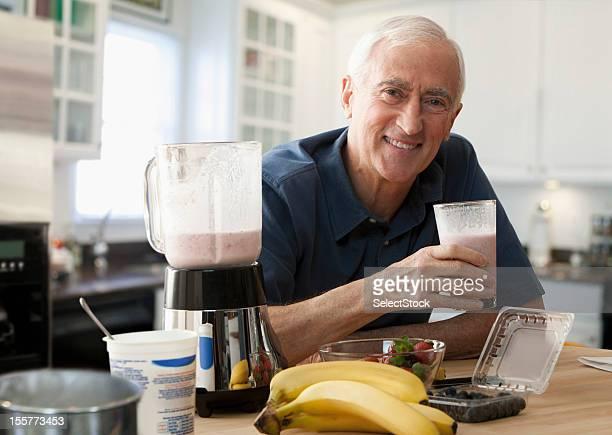 Alter Mann genießen ein Glas-smoothie