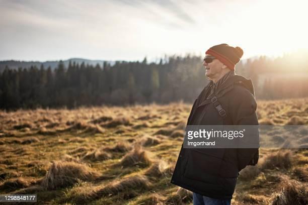 老年人享受自然 - 跟拍鏡頭 個照片及圖片檔