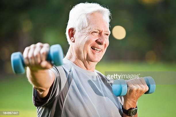 Senior Homme faisant de l'exercice en plein air