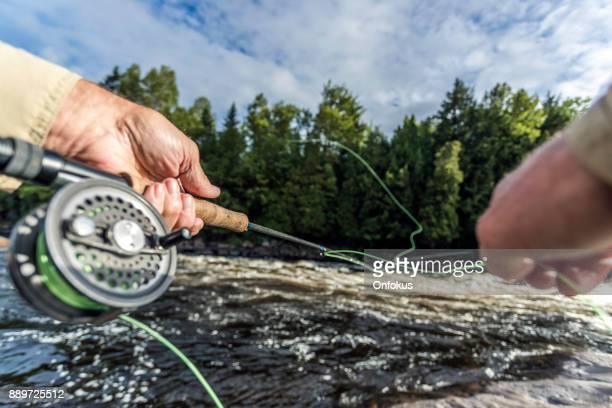 POV Senior Mann Fischer Fliegenfischen in einem Fluss