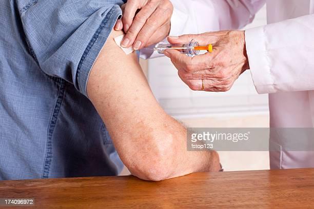 Senior homme faire une injection d'une infirmière ou Médecin