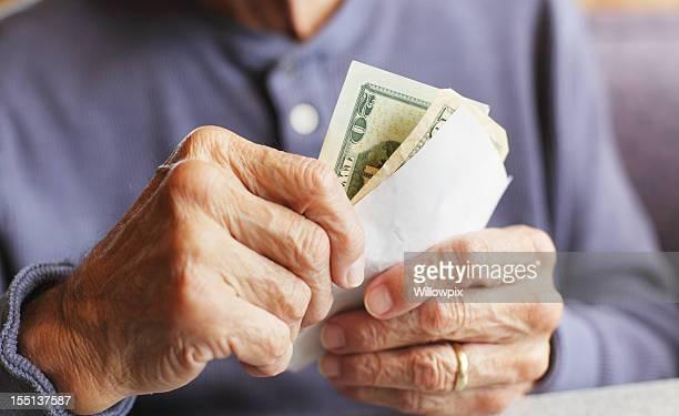 Alter Mann Hände halten Geld und Frühstück Bill