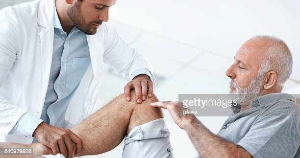 Senior hombre tener examen médico.