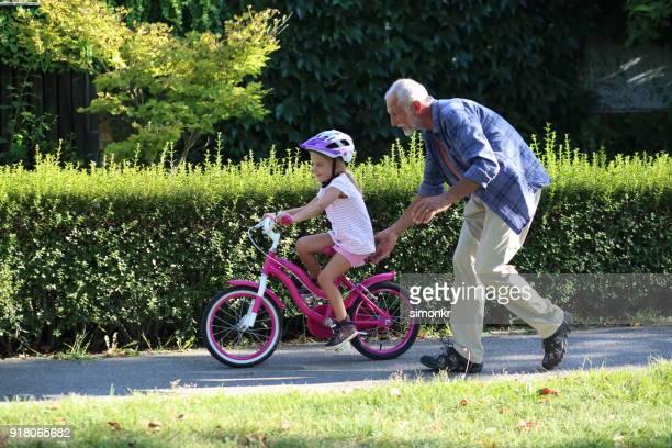 Senior woman helfende Enkelin