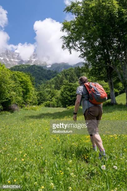 senior woman wandern in den julischen alpen im frühjahr, europa - aktiver lebensstil stock-fotos und bilder