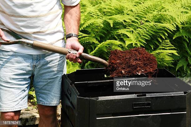 Senior Mann Holding Schaufel voll von Kompost, Heimat von Bioabfällen