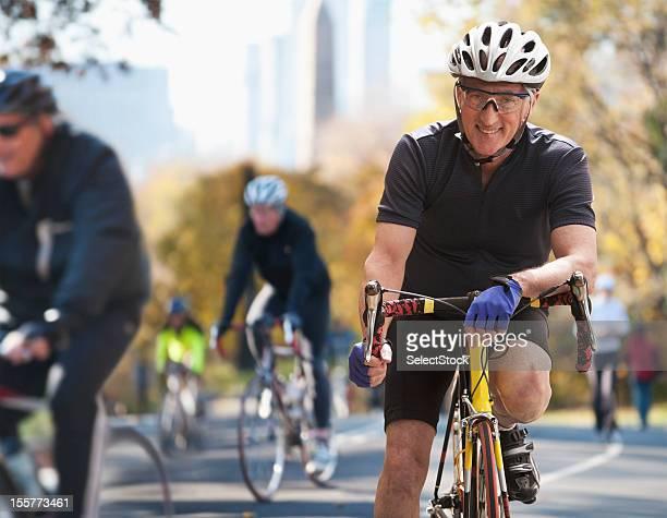 Alter Mann auf Fahrrad-marathon