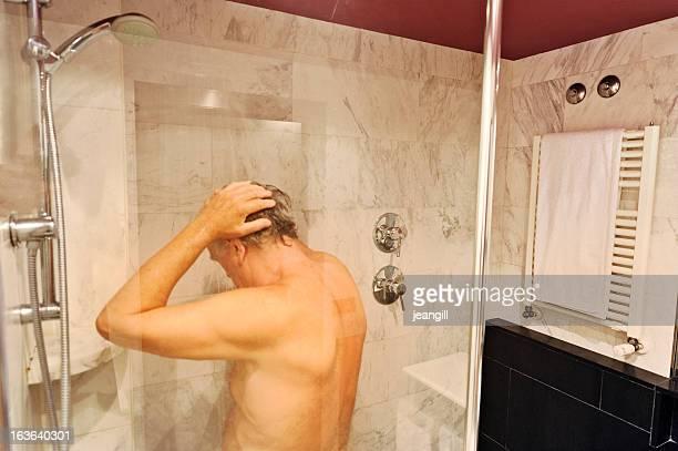senior hombre con ducha de lujo - hombre ducha fotografías e imágenes de stock