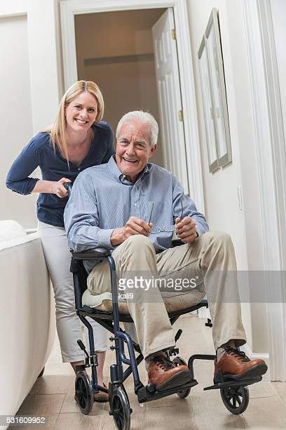 Alter Mann im Rollstuhl mit fürsorgliche wie zu Hause fühlen.