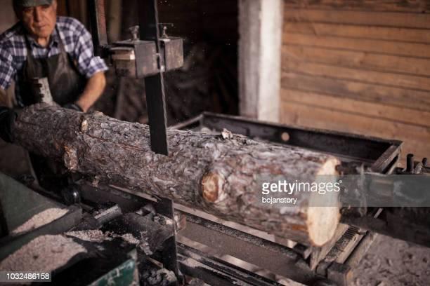senior man in werkplaats - boomstam stockfoto's en -beelden