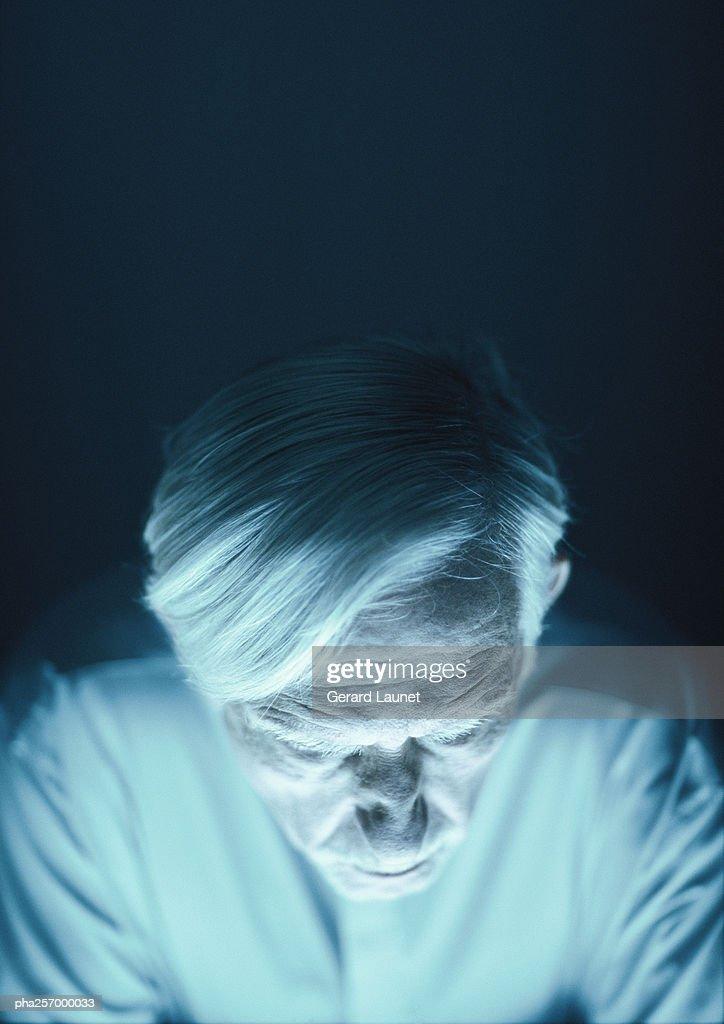 Senior man, looking down, high angle view : Stockfoto