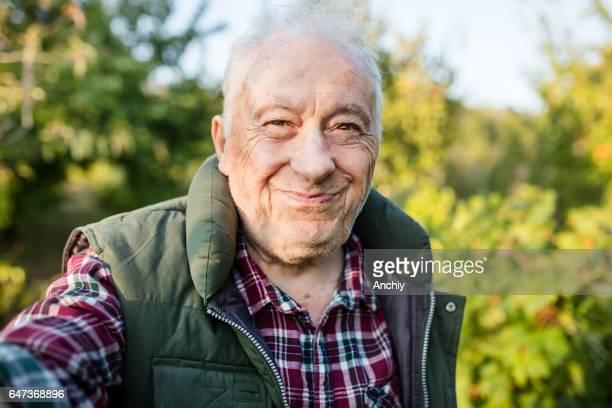 Senior homme, fabriquant selfie dans sa vigne.
