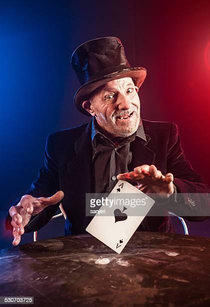 Alter Mann, trick mit Spielkarten