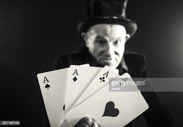 Senior homme faire affaire avec Jeu de cartes