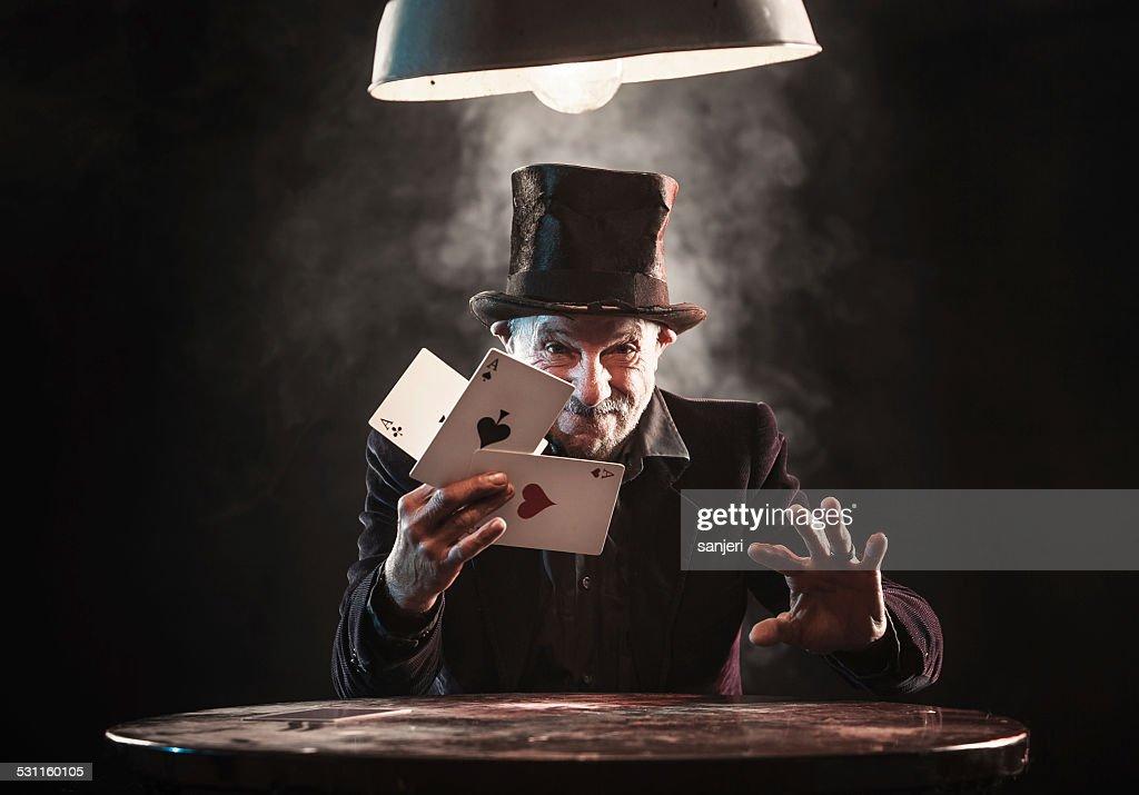 Alter Mann, trick mit Spielkarten : Stock-Foto