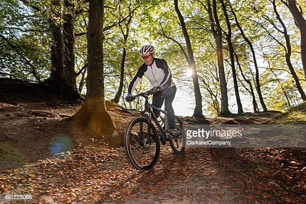 Senior Mann Mountainbiken am Møns Klint Dänemark