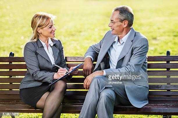 Alter Mann auf ein Bewerbungsgespräch.