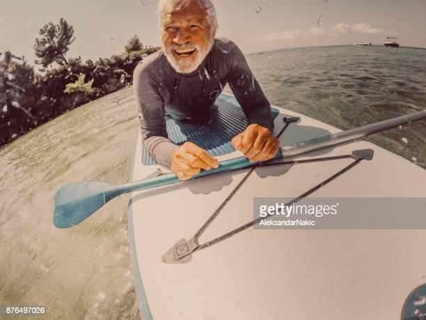 Ältere Mann auf einem Paddel-board