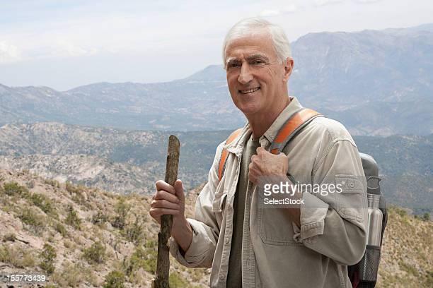 Senior hombre en el sendero de excursionismo