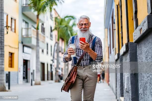 仕事に行く途中の先輩男性 - チェックシャツ ストックフォトと画像