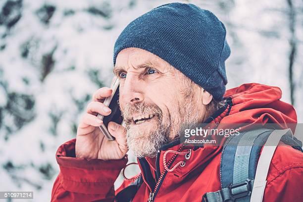 Senior Mann rufen Sie beim Wandern, schneit, Julianische Alpen, Europa