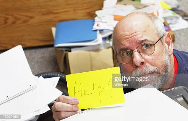 Hombre rogar para ayudarlo con desordenado periódicos
