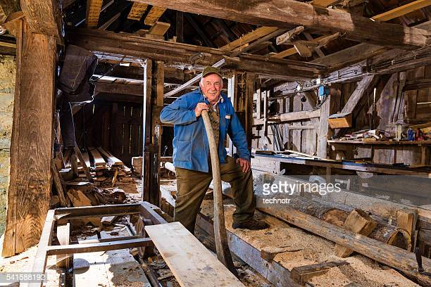 Supérieur homme posant dans sa scierie
