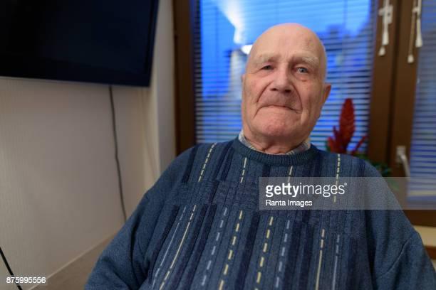 senior man ontspannen bij verpleeghuis in turku, finland - turku finland stockfoto's en -beelden