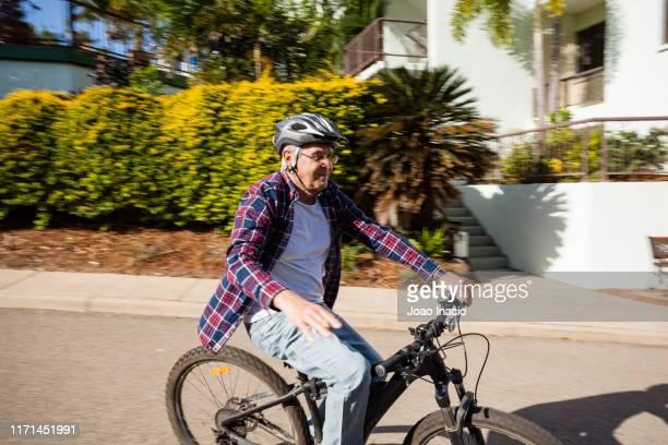 senior man riding ebike - 気が若い ストックフォトと画像