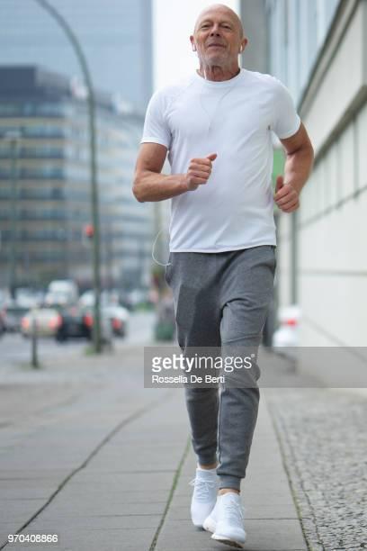 Senior woman im freien laufen