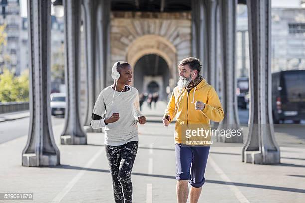 Senior homme courir avec son entraîneur particulier à Paris