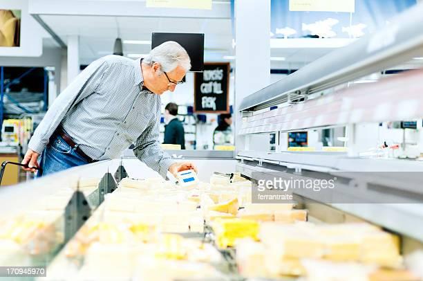 Idoso fazer compras no supermercado