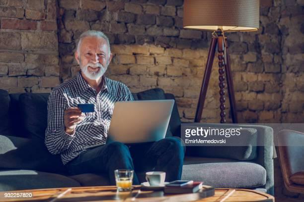 Senior homme achat en ligne de la maison