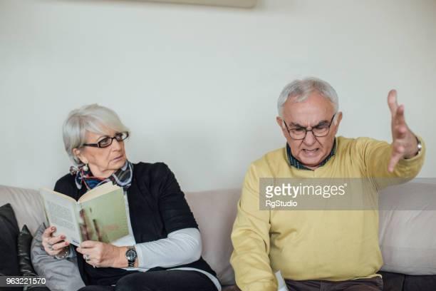 senior homme criant à sa femme en colère - femme bouder photos et images de collection