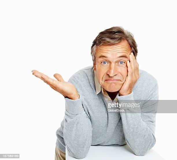 Senior hombre mostrando algo en espacio de copia